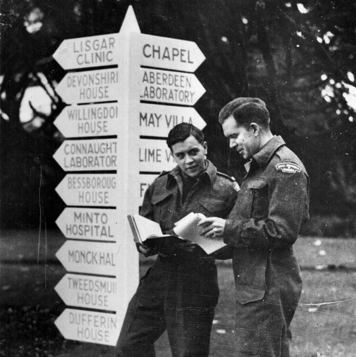 For Canadian soldiers stationed in Great Britain, Connaught Laboratories was a well-known place, as the signpost at the New Khaki University in Hertforshire, England pointed to in a 1945 photo. This was a university run by Canadian authorities.